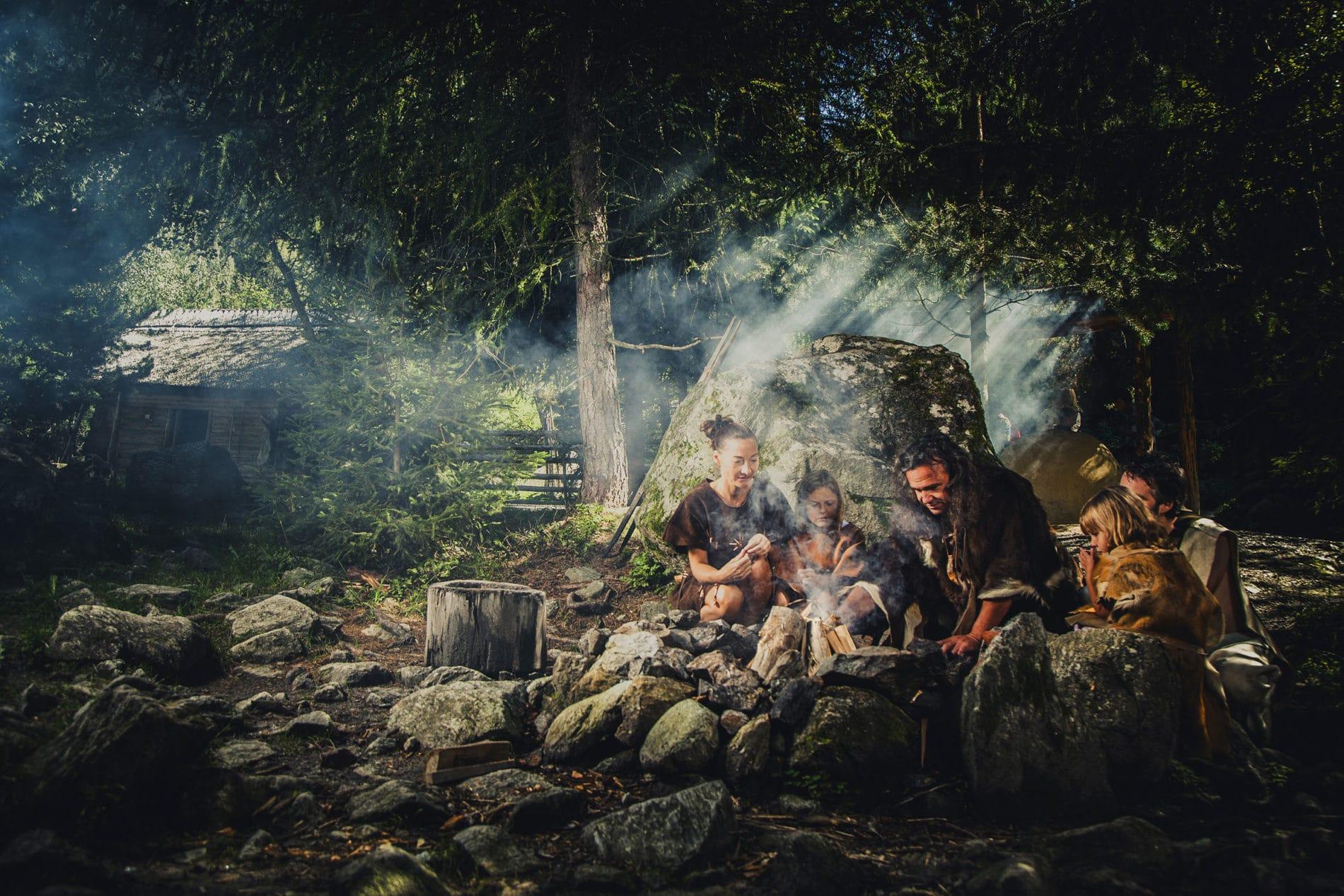 Steinzeitliche Familie am Lagerfeuer